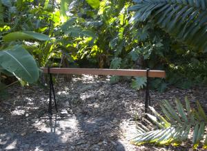 """Einer Barriere, auf die man im Wald stossen könnte, die einem daran hindern sollte, weiter zu gehen, empfand Christophe Cômes seine """"Post Bench"""" nach. Und will damit genau zum Gegenteil davon anregen, im realen wie übertragenen Sinn."""