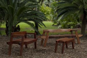 """Gael Applers schuf seine """"Salt Point Benches"""" und den passenden Coffee Table aus honduranischem Mahagoni. Das Material nimmt die Natur auf, die klaren, geometrischen   Elemente sollen einen starken, aber nicht störenden Kontrast bilden."""