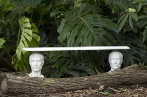 """Sebastian Errazuriz verband zwei identische Marmorbüsten mit einem """"Marmorbrett"""" zu """"The Guardian's Bench"""". Poesie und Humor, Respekt vor und Relativierung der Geschichte und dessen, was als historisch wichtig empfunden wird, manifestiert der in Chile geborene, in London augewachsene und in New York lebende Errazuriz."""