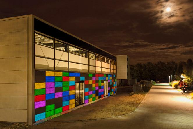 LUCEM Lichtbeton Fassade der RWTH Aachen bei Nacht.