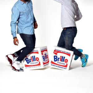 Die Brillo-Box-Schaumstoffwürfel scheinen genauso spielerisch veranlagt, wie Warhol mit dem Kunstbegriff umzugehen pflegte.